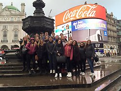 Elever vid Piccadilly Circus